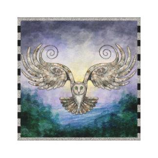 Toile Hibou en vol au-dessus de forêt de pin à l'aube