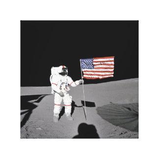 Toile L'astronaute se tient prêt le drapeau des