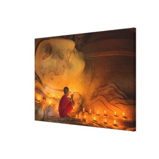 Toile Moine priant par un Bouddha