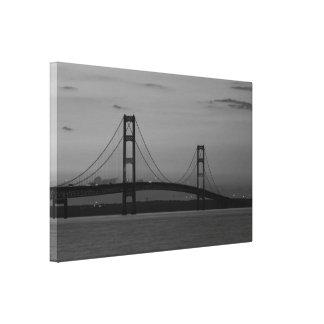 Toile Pont de Mackinac à la gamme de gris de crépuscule