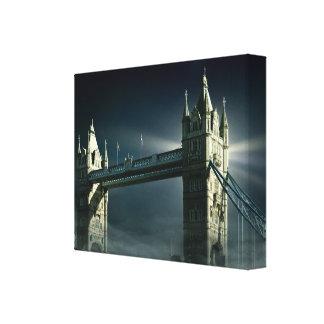 Toile Pont Londres de tour en brouillard de nuit