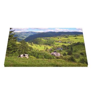 Toile Prés verts et une vache avec la vue de panorama