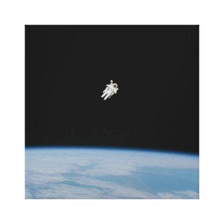 Toile Spacewalking d'astronaute au-dessus de la terre