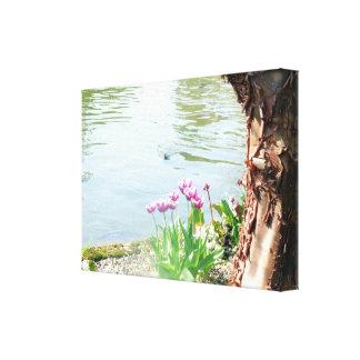 Toile Tulipes et écorce d'arbre par le lac