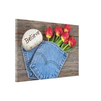Toile tulipes rouges dans la poche de blue-jean