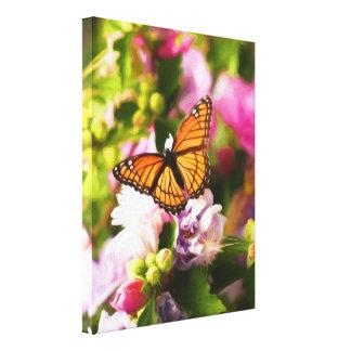 Toile Un papillon sur les fleurs roses et pourpres