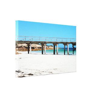 Toile Vieille jetée en bois sur le sable blanc de plage,