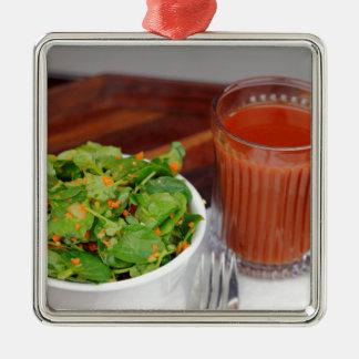 Tomate de carotte de gingembre préparant la salade ornement carré argenté