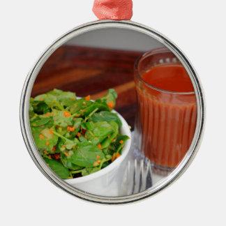Tomate de carotte de gingembre préparant la salade ornement rond argenté