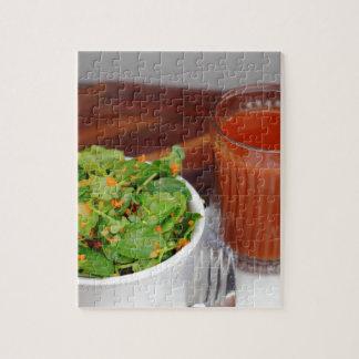 Tomate de carotte de gingembre préparant la salade puzzle