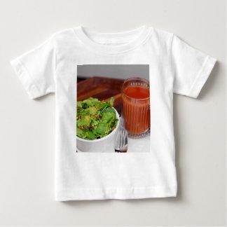 Tomate de carotte de gingembre préparant la salade t-shirt pour bébé