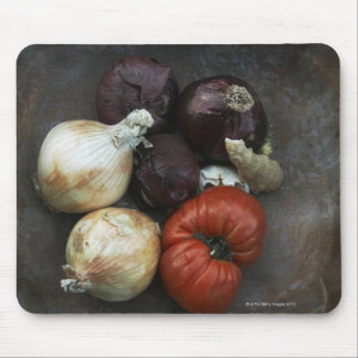 Tomate d'héritage, oignon jaune, oignon rouge, gin tapis de souris