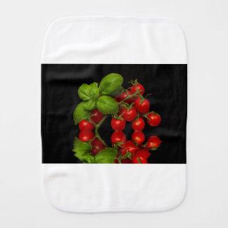 Tomates cerise rouges fraîches linge de bébé