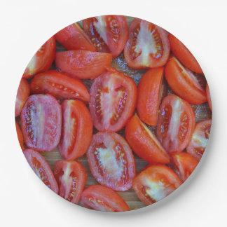 Tomates fraîchement coupées en tranches assiettes en papier
