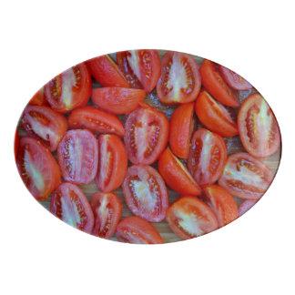 Tomates fraîchement coupées en tranches plateau de service en porcelaine