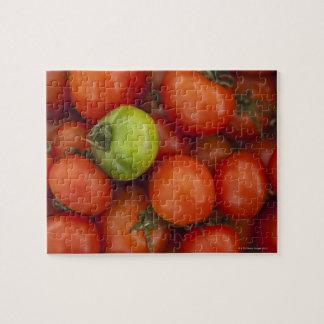 tomates rouges avec un vert un en vente au puzzle