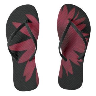 Tongs Marguerite marron sur les chaussures noires de