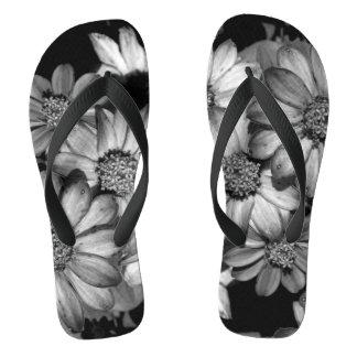 Tongs Photographie monochrome de fleurs sur des bascules