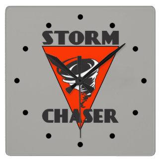 Tornade de chasseur de tempête et triangle rouge horloge carrée