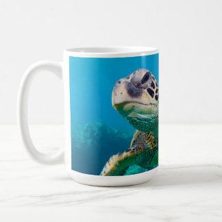 Tortue de mer verte nageant au-dessus du récif mug