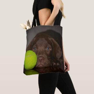 Tote Bag Chiot de Labrador de chocolat avec de la balle de
