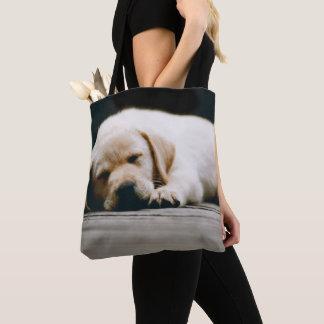 Tote Bag Le jeune chiot jaune de Labrador dort solidement