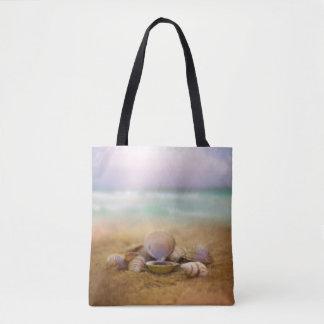 Tote Bag Les coquilles sur la plage avec l'océan bleu