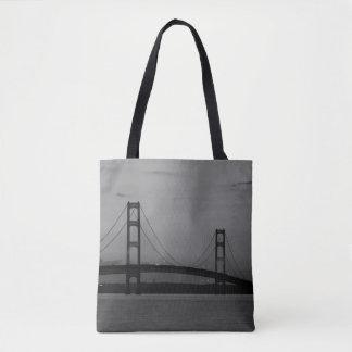 Tote Bag Pont de Mackinac à la gamme de gris de crépuscule