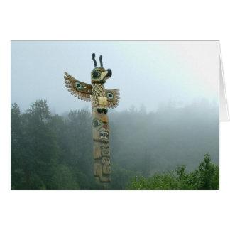 Totem se levant dans la carte de voeux de brume