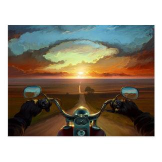 Tour de moto dans le coucher du soleil carte postale