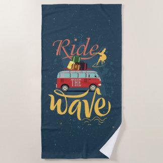 Tour de surf la serviette de plage de vague