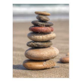 Tour en pierre sur la plage carte postale