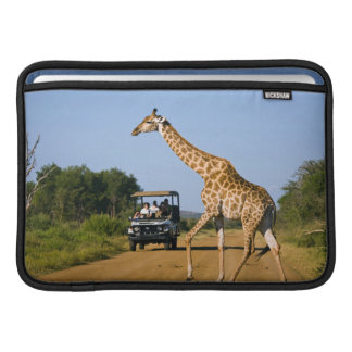 Touristes observant la girafe poche pour macbook air