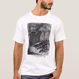 Touristes regardant l'ouverture d'un antique t-shirt