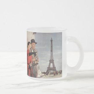 Touristes vintages voyageant dans Tour Eiffel de Mug En Verre Givré