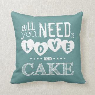 Tout que vous avez besoin est amour et gâteau coussin