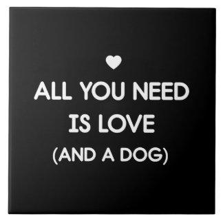Tout que vous avez besoin est chien d'amour grand carreau carré
