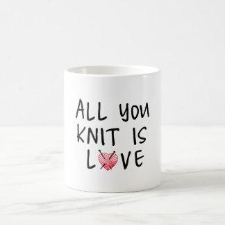 Tout que vous tricotez est amour avec le fil rouge mug blanc