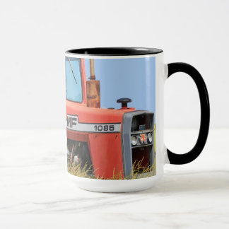 Tracteur de Massey Ferguson dans un domaine Mug