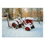 Tracteur rouge dans la carte de neige