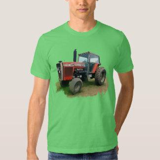 Tracteur rouge de Massey Ferguson dans le domaine T-shirts