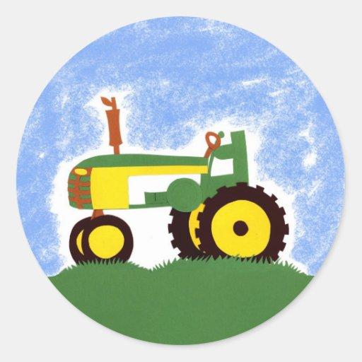 Tracteur sous le ciel bleu autocollant rond