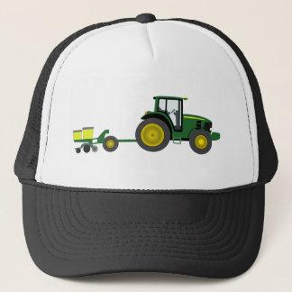 Tracteur vert avec le chariot de planteur casquette
