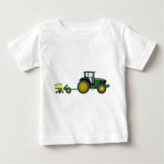 Tracteur vert avec le chariot de planteur t-shirt pour bébé