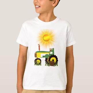 Tracteur vert avec le T-shirt de pêche Polonais