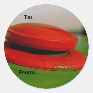 Tracteur vert avec l'étiquette rouge de cadeau de sticker rond