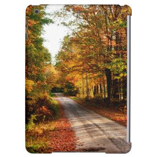 Traînée en bois avec le feuillage d'automne