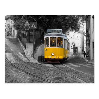 Tram jaune classique à Lisbonne Carte Postale