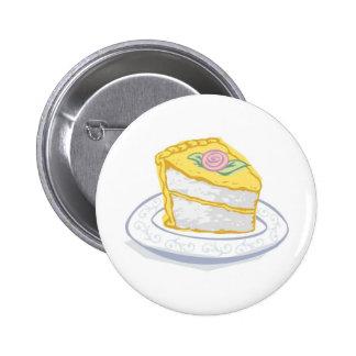 Tranche de gâteau avec le givrage jaune et rose badge