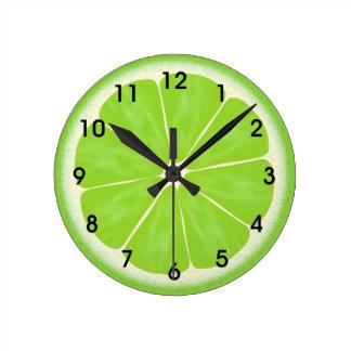 Tranche verte d'agrumes de chaux horloge ronde